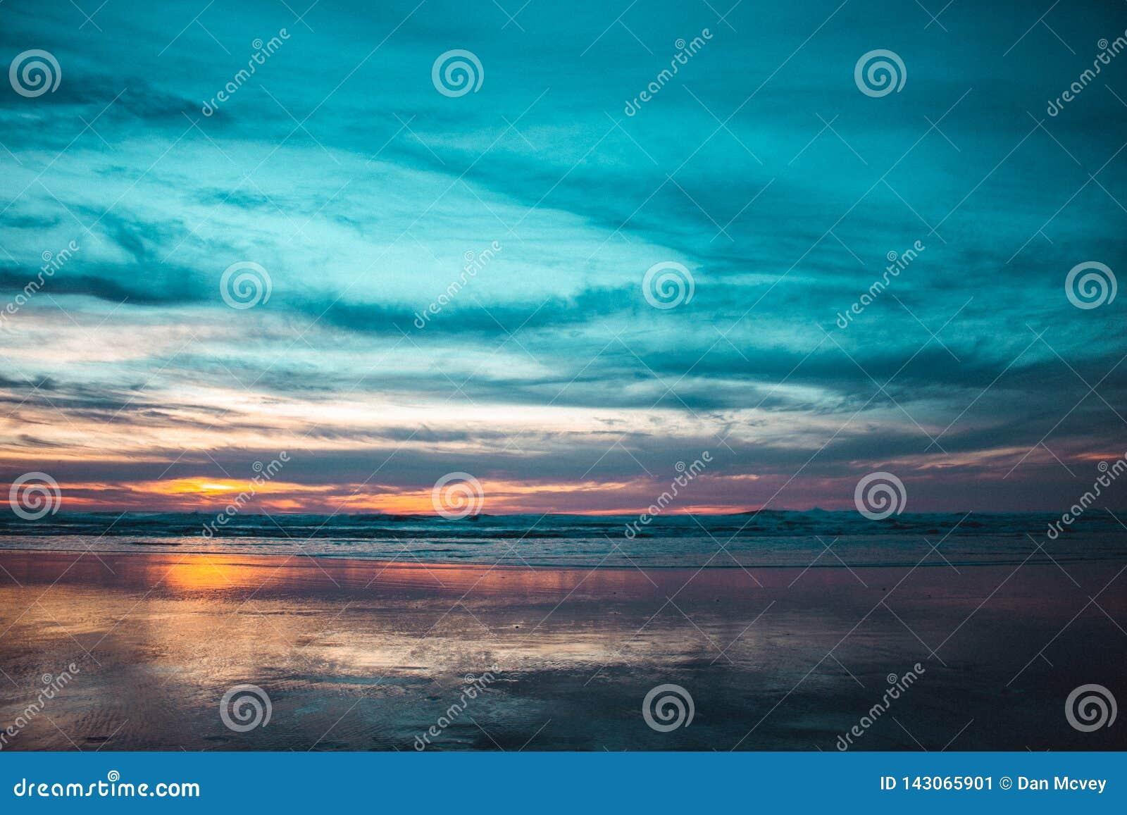 Spiaggia dell oceano al tramonto