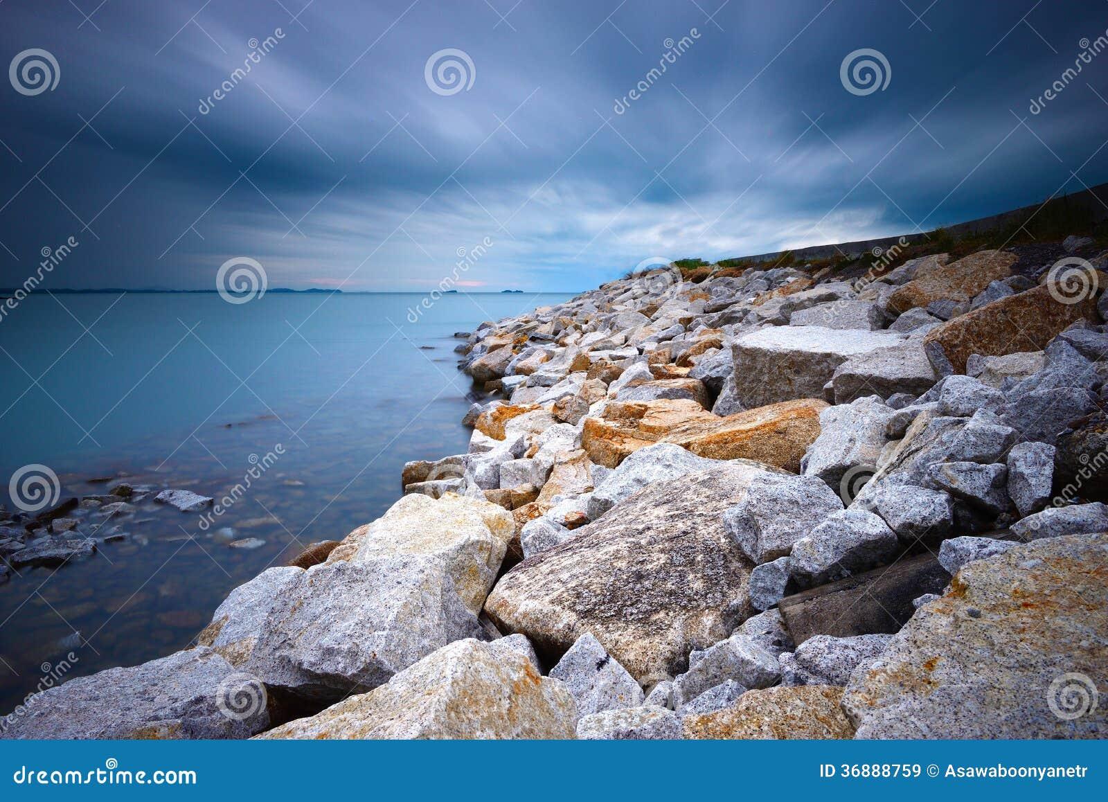 Download Spiaggia della roccia immagine stock. Immagine di scenico - 36888759
