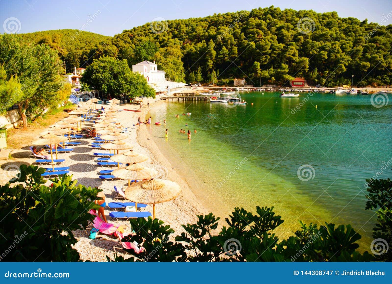 Spiaggia di Agnontas e baia un giorno soleggiato, Grecia