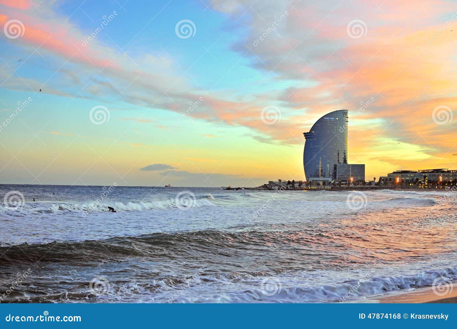 Spiaggia di Barcellona sul tramonto