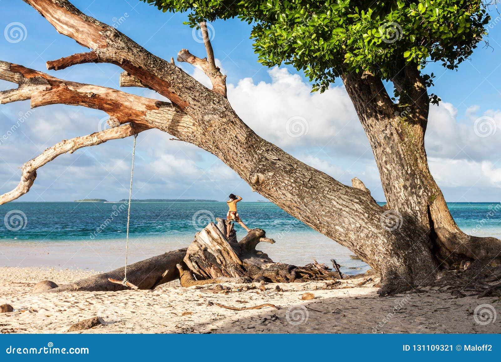Spiaggia di Laura Acque blu azzurrate del turchese della laguna Atollo di Majuro, Marshall Islands, Micronesia, Oceania La donna