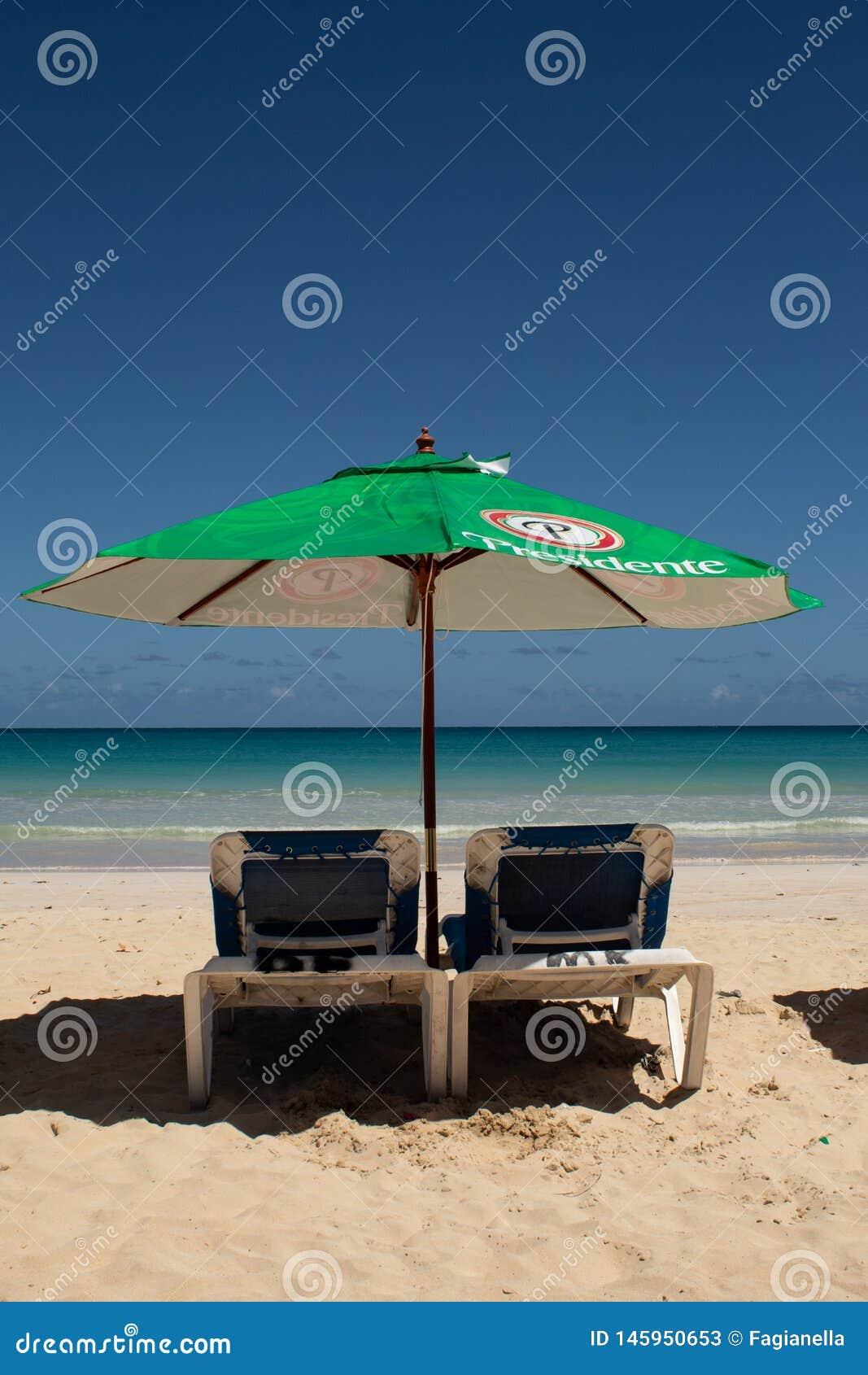 Spiaggia di Macao, Bavaro, Repubblica dominicana, il 10 aprile 2019/giorno alla spiaggia pubblica, con i lettini tipici, ombrelli