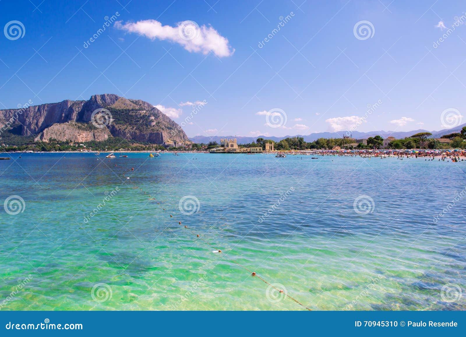 Matrimonio Spiaggia Mondello : Spiaggia di mondello a palermo fotografia stock immagine