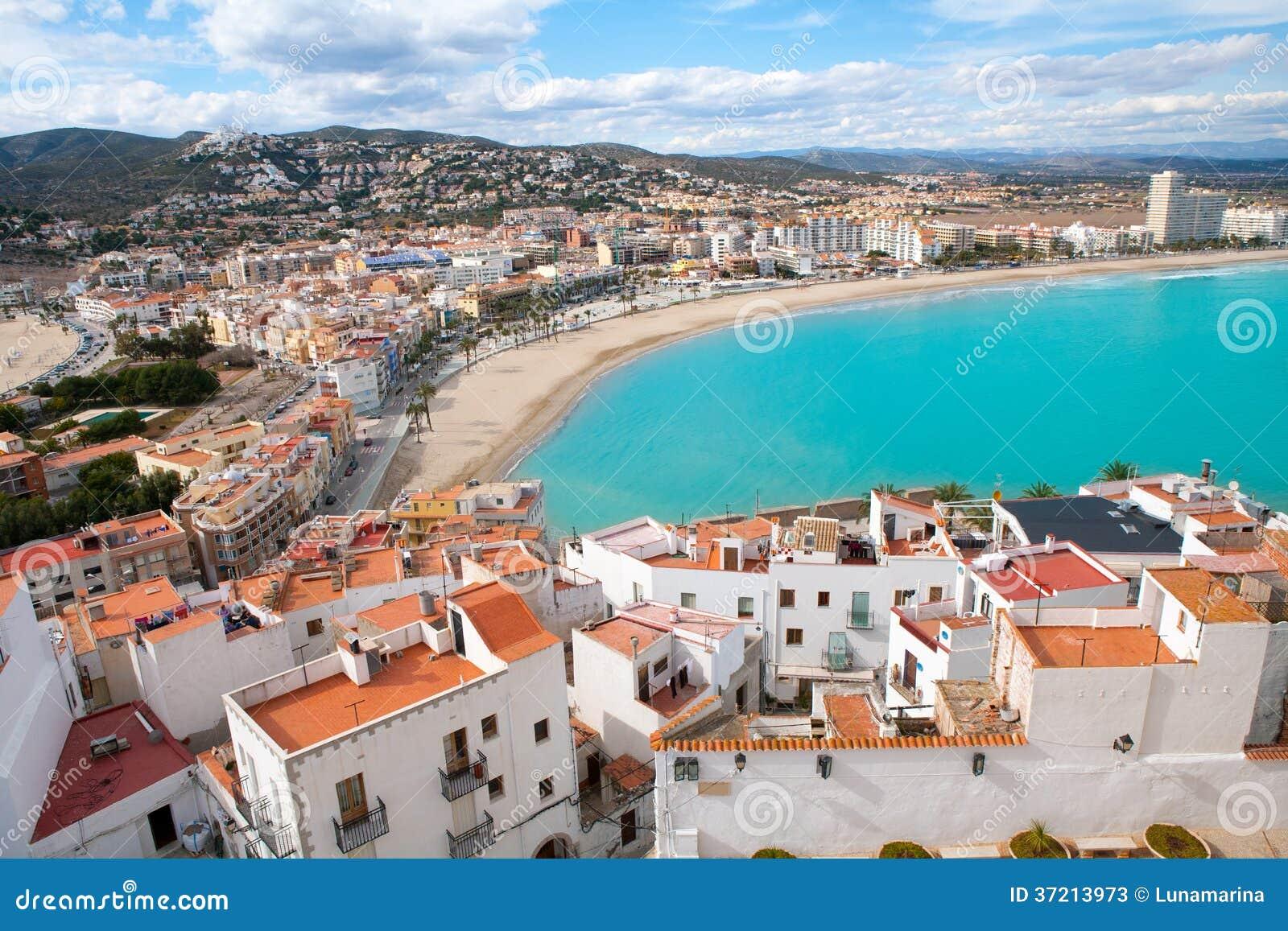 Spiaggia di peniscola e vista aerea del villaggio in - Mare castellon ...