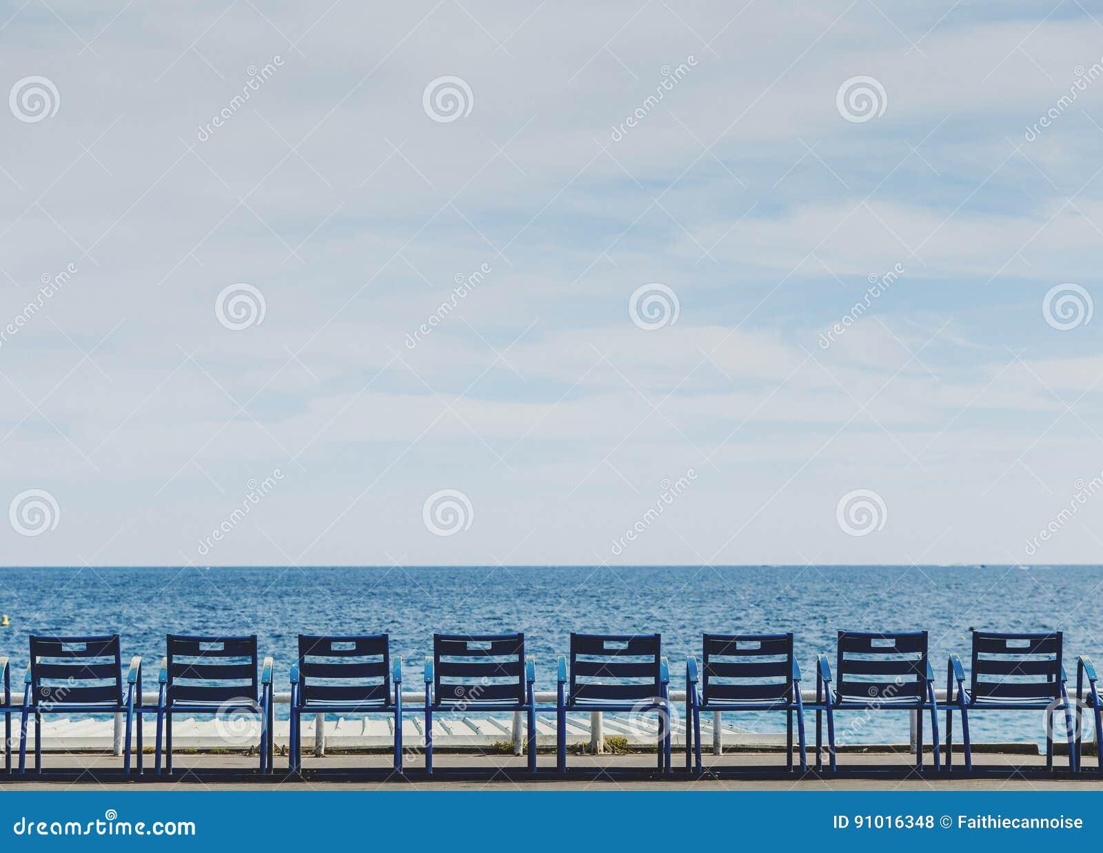 Sedie Blu Nizza : Spiaggia di promenade des anglais in nizza con le sedie blu