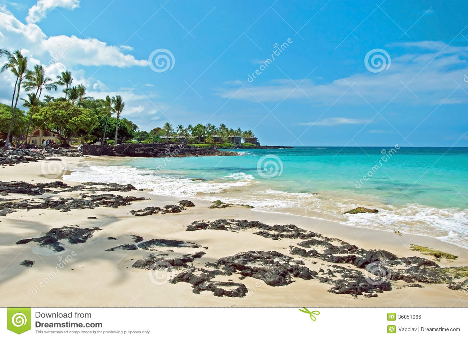Spiaggia di sabbia bianca sulla grande isola delle Hawai con l oceano azzurrato nel backgr