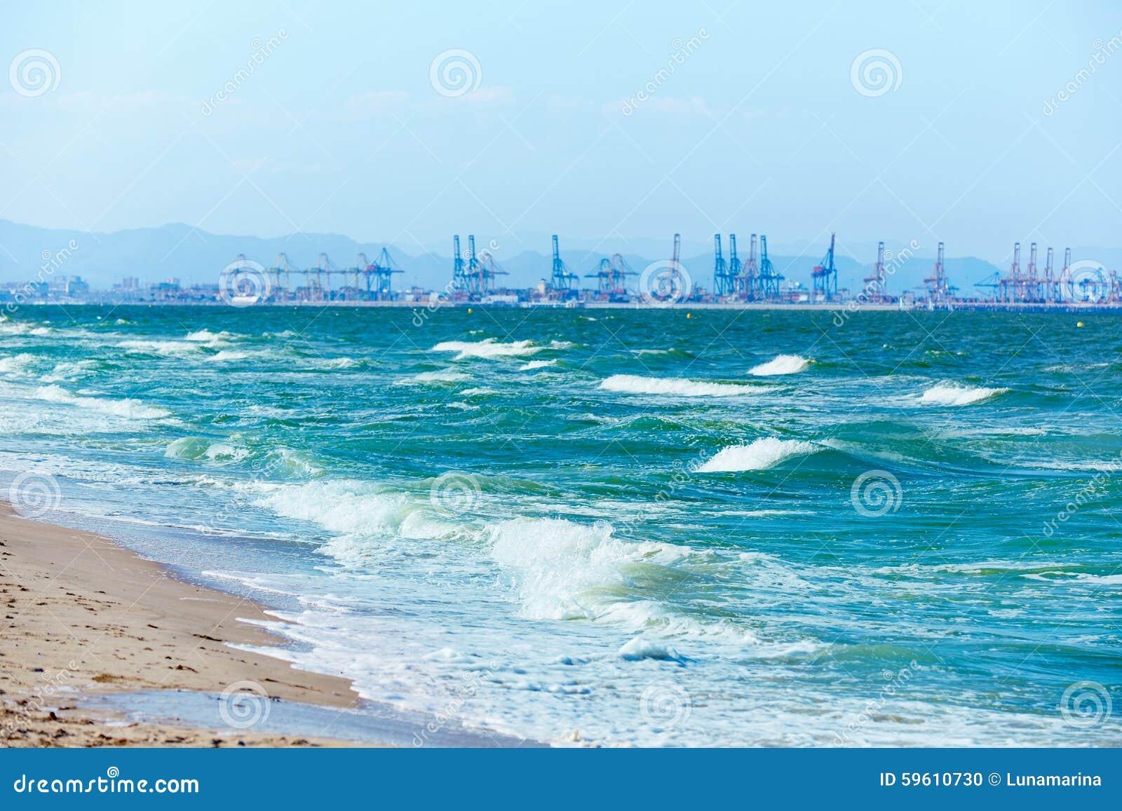 Spiaggia di valencia del el saler con il fondo del porto for Spiaggia malvarrosa valencia