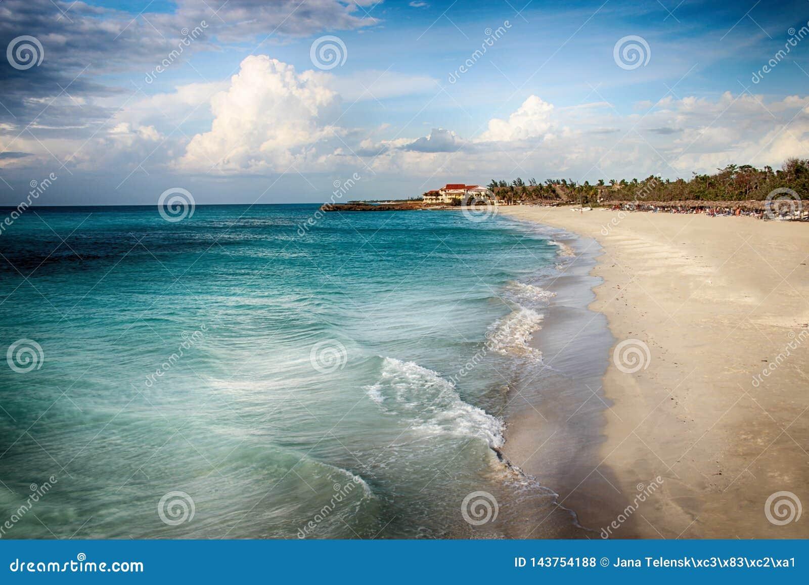 Spiaggia di Varadero con i tyrquis mare, Long Beach e l Oceano Atlantico È paradiso tropicale È sfondo naturale