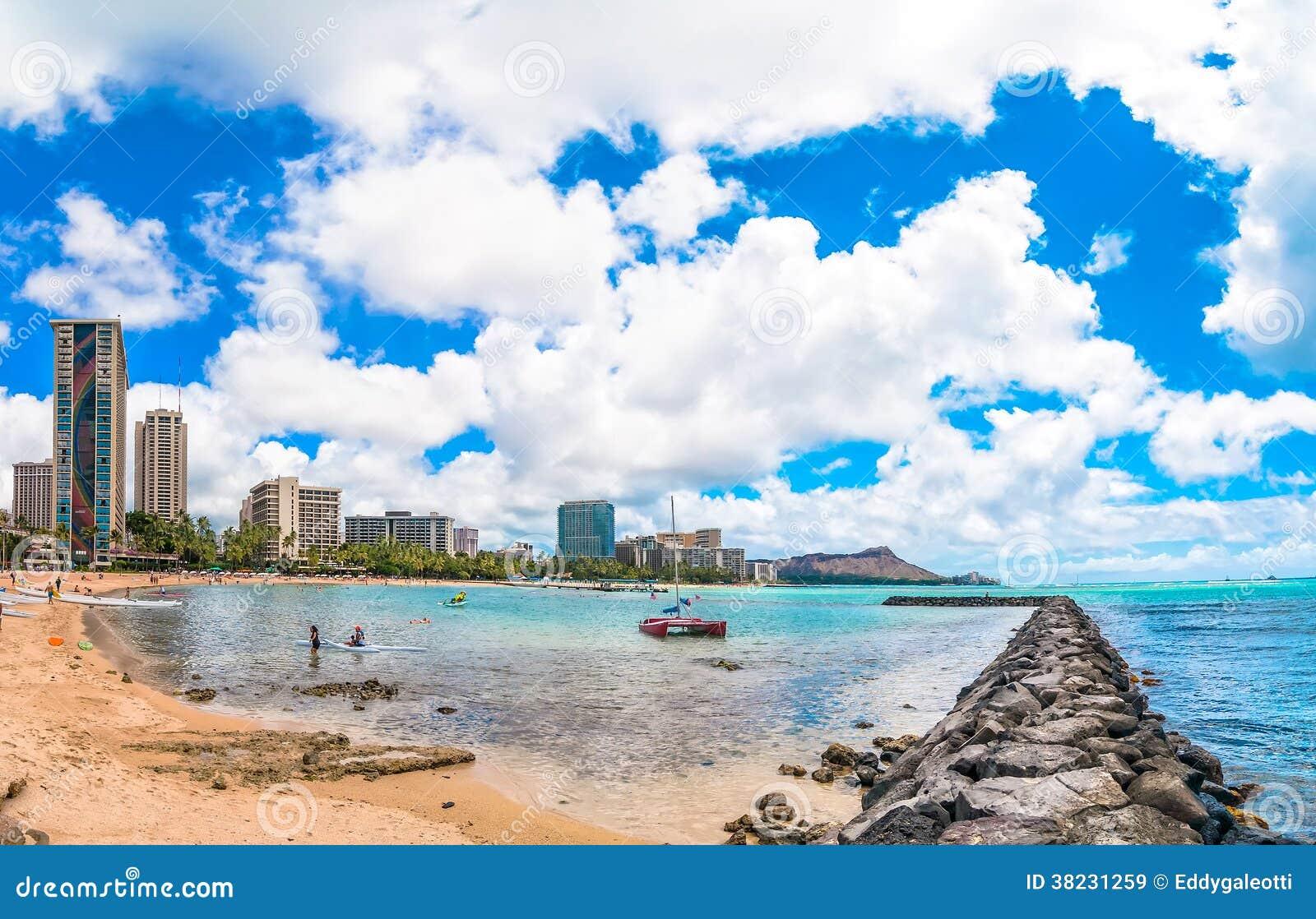 Spiaggia e pilastro di Waikiki a Honolulu, Hawai