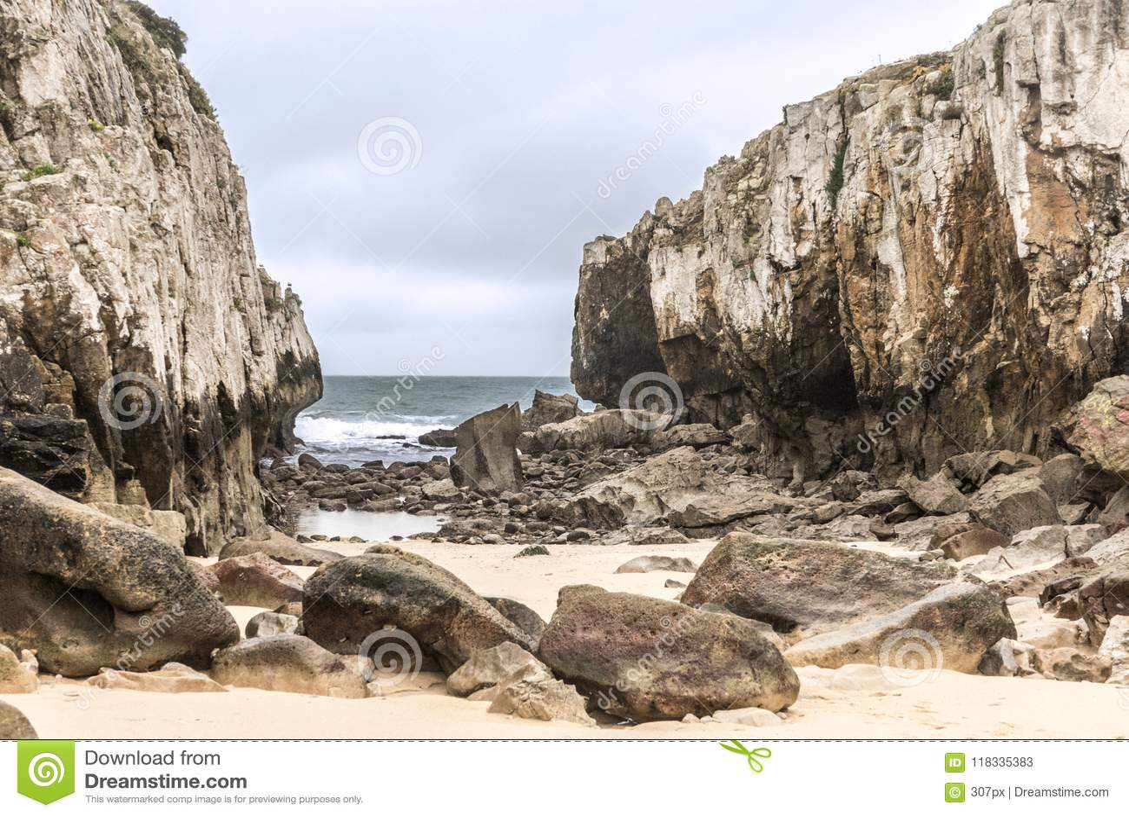 Spiaggia nascosta in mezzo a due scogliere un giorno nuvoloso