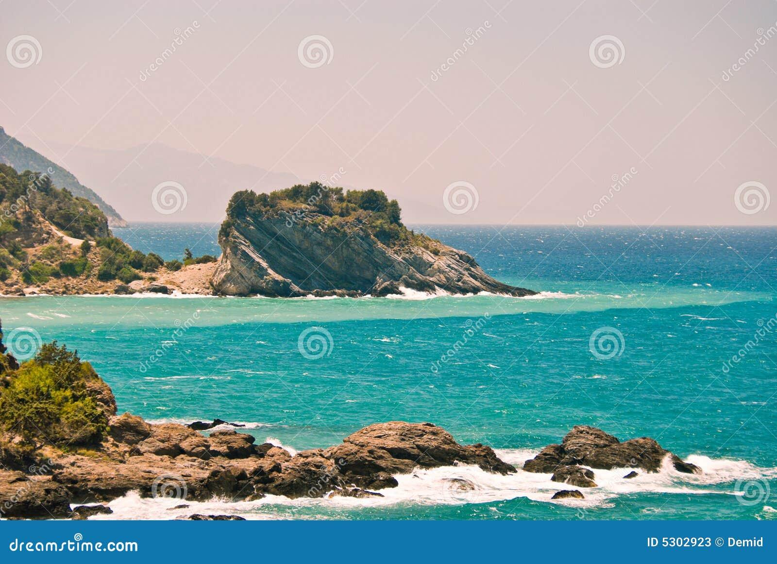 Download Spiaggia rocciosa immagine stock. Immagine di seascape - 5302923