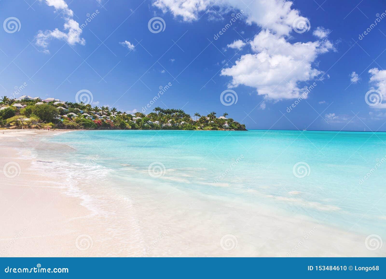 Spiaggia sabbiosa bianca tropicale sull isola carrebian della st Maarten