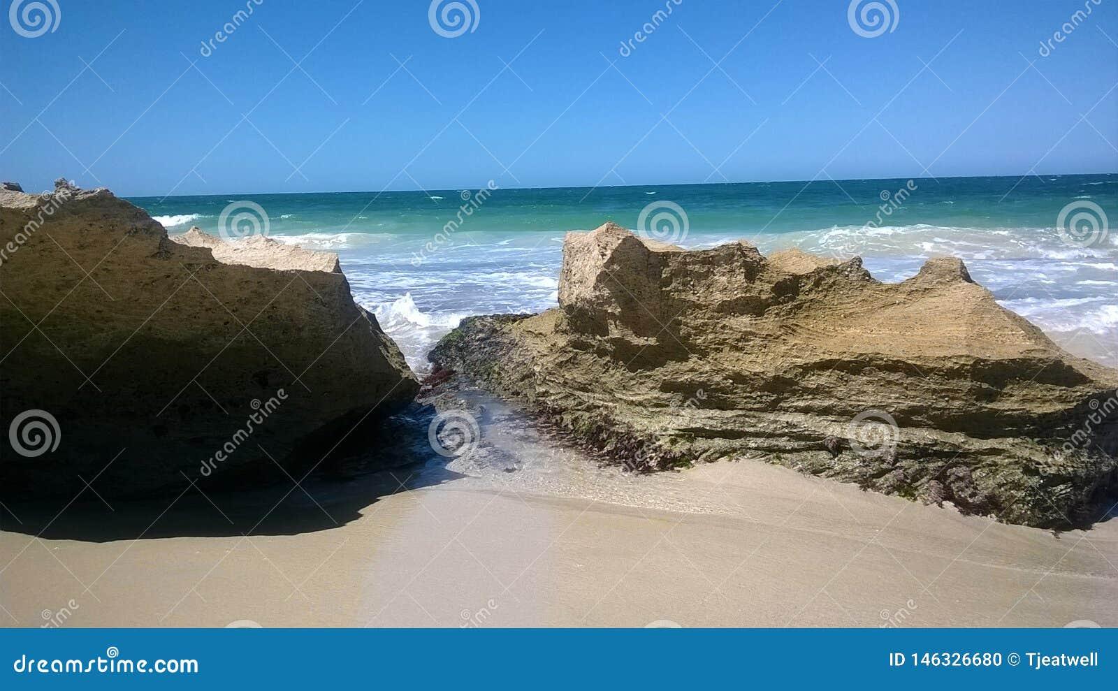 Spiaggia scenica di Perth con le rocce a Perth Australia