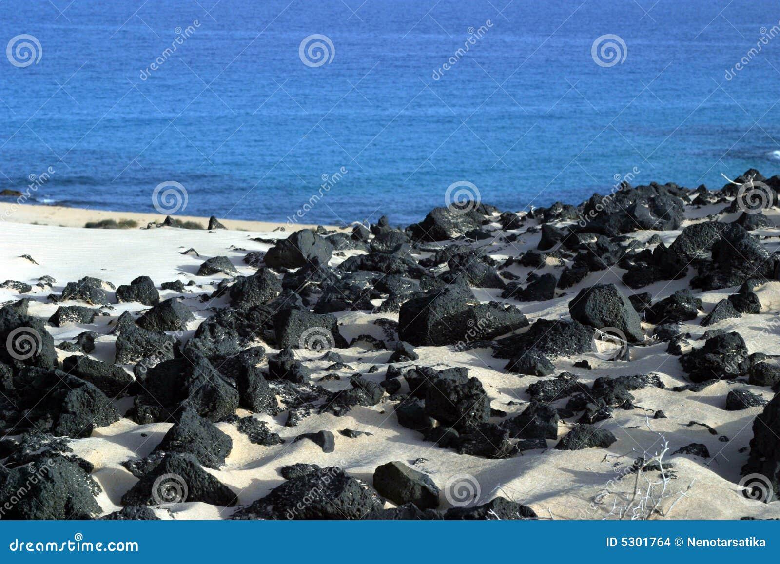 Download Spiaggia su Fuertaventura fotografia stock. Immagine di nave - 5301764