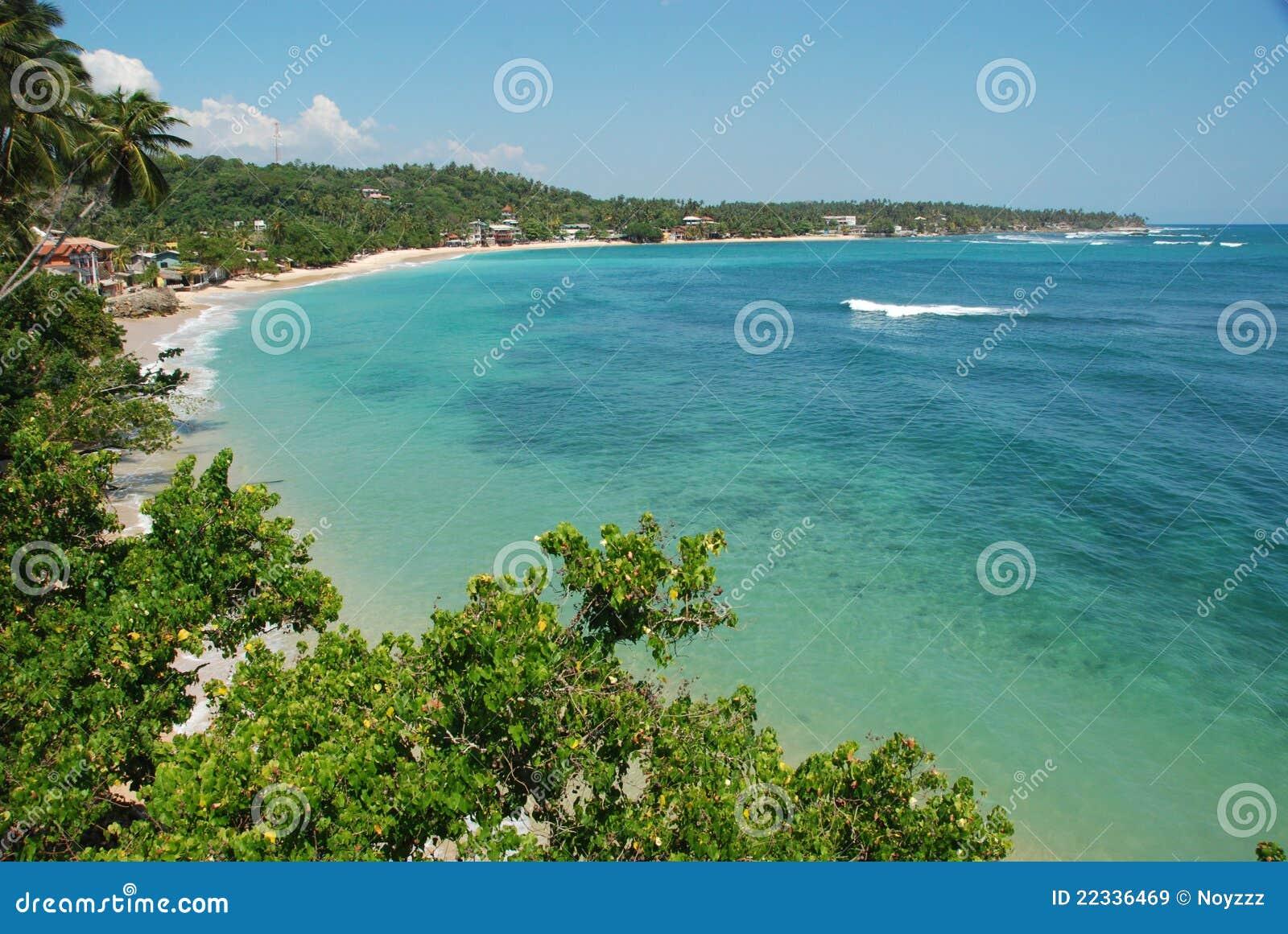 Spiaggia tropicale baia di unawatuna immagine stock for Disegni di casa sulla spiaggia tropicale