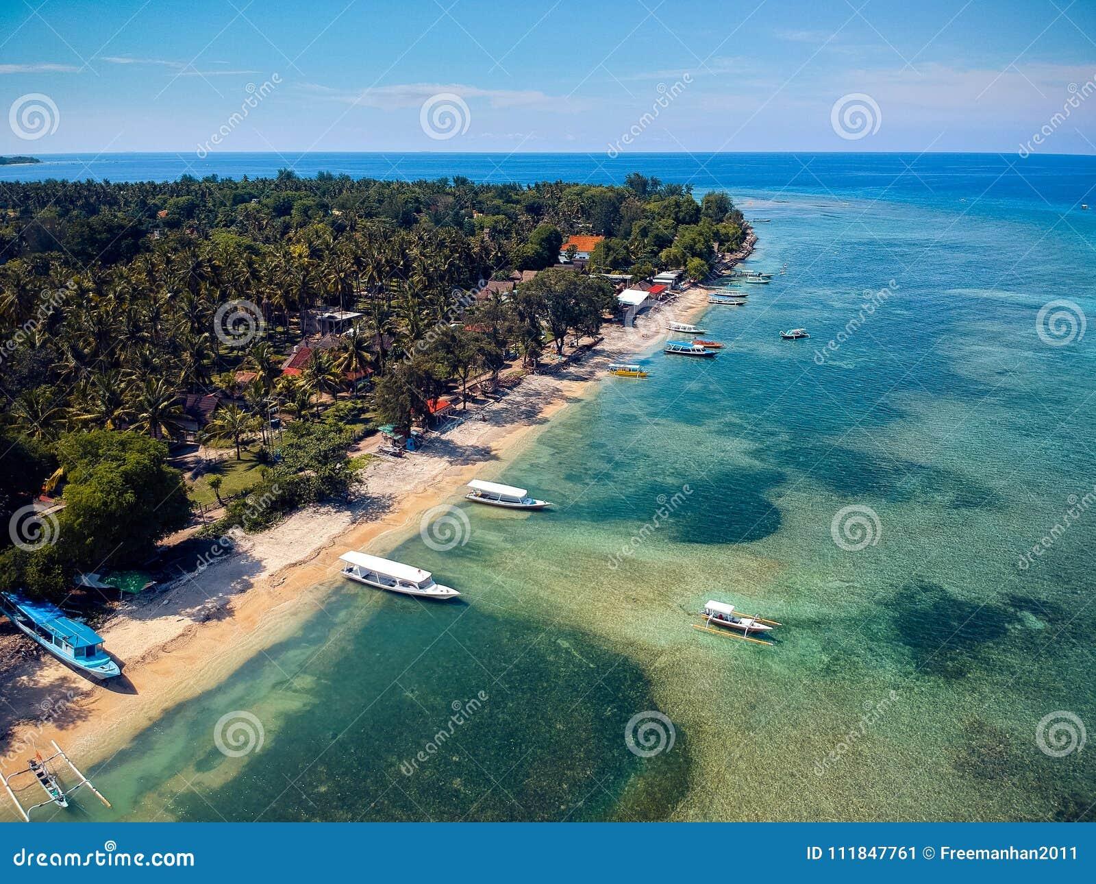 Spiaggia tropicale con le barche e una bella vista dalla cima