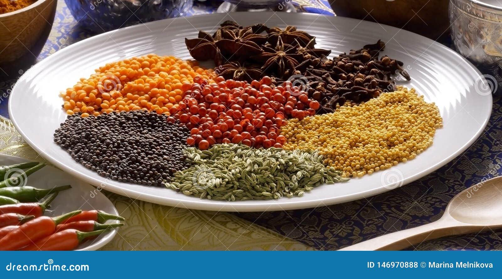 Spicies på plattan i Indien, korn som är kryddigt kärnar ur