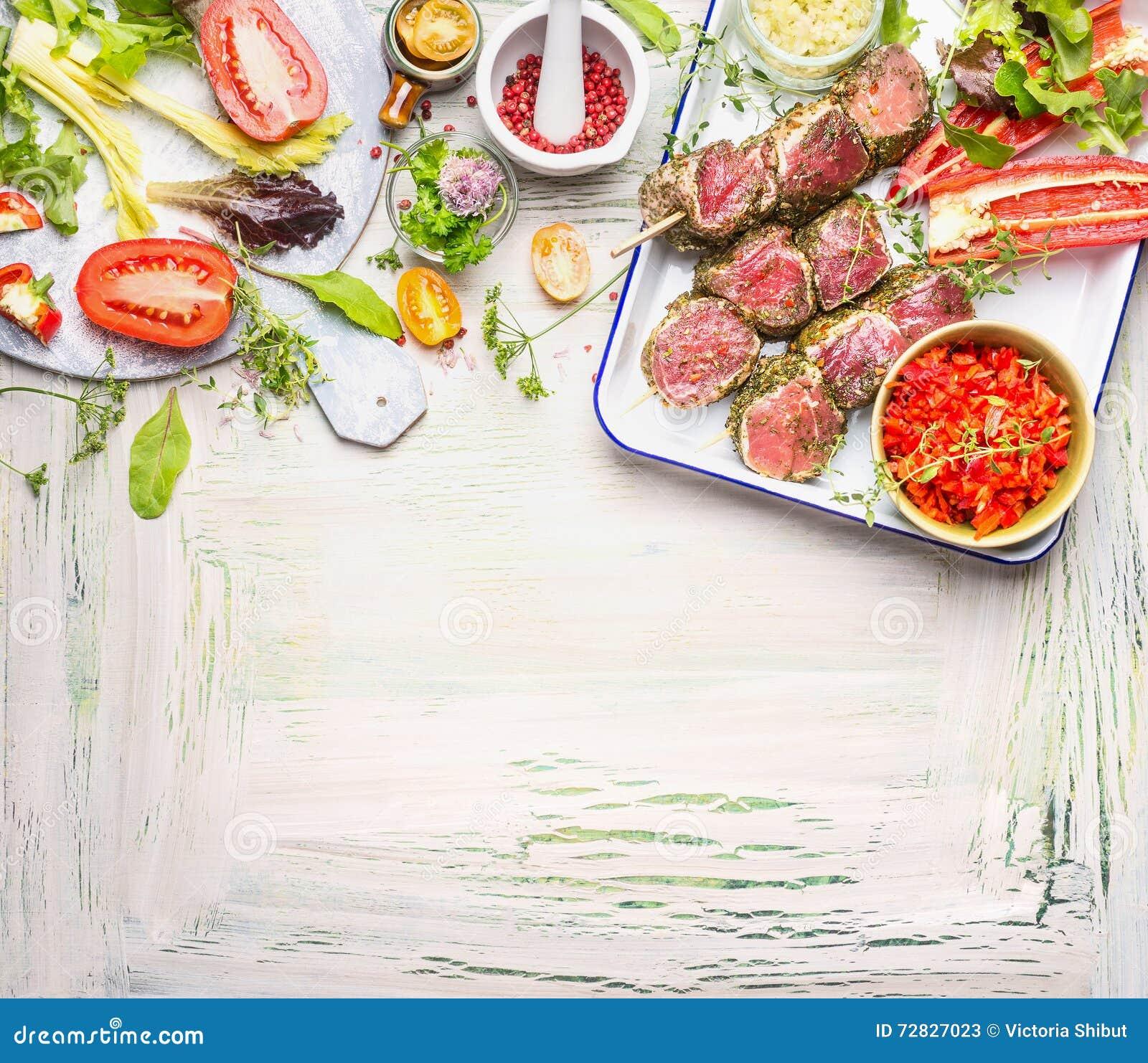 Spiedi della carne con le erbe le spezie e gli ingredienti freschi delle verdure per la griglia - Cucinare con le spezie ...