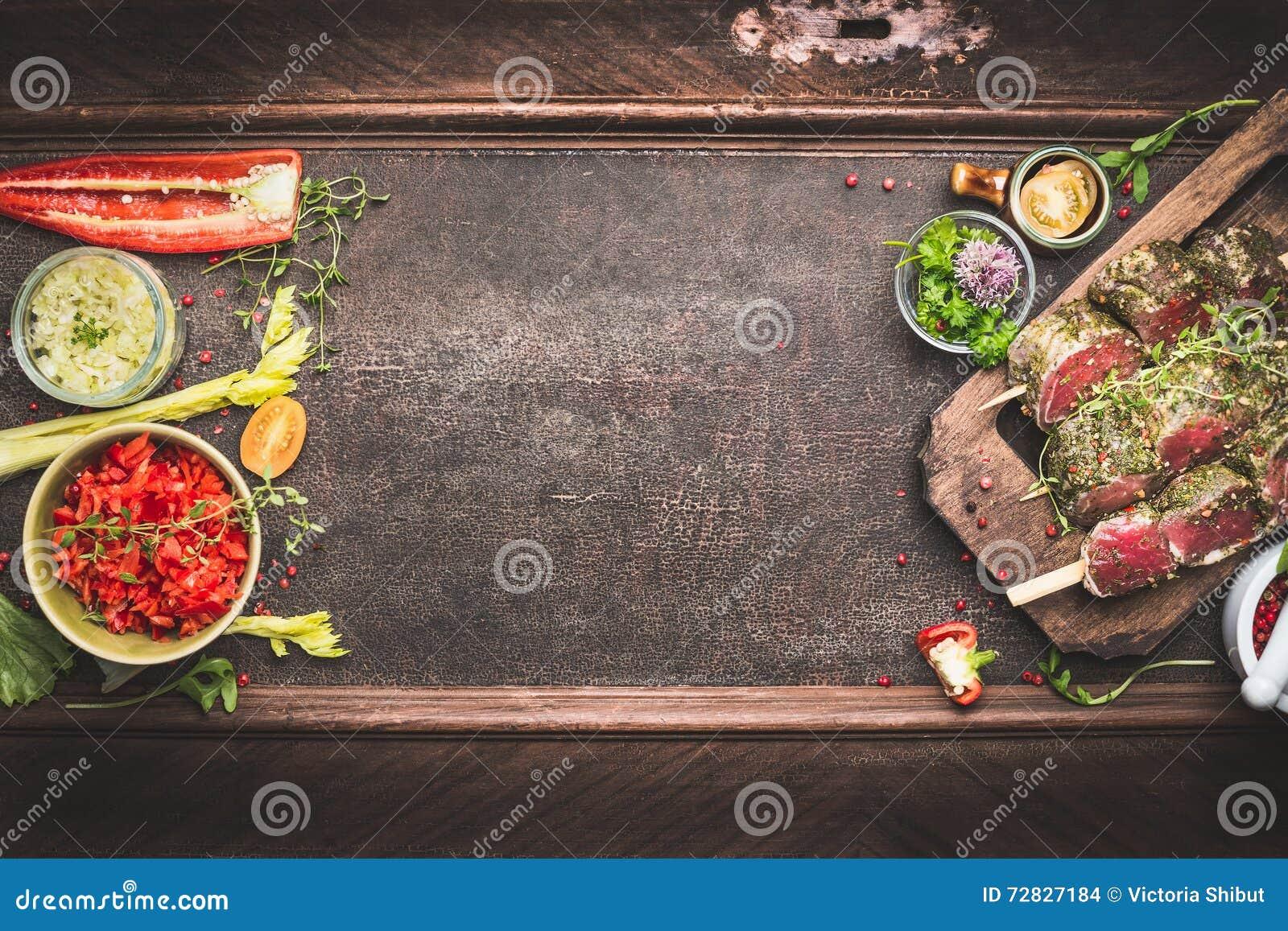 Spiedi della carne con le verdure ed il condimento fresco, preparazione per la griglia o BBQ su fondo d annata scuro, vista super