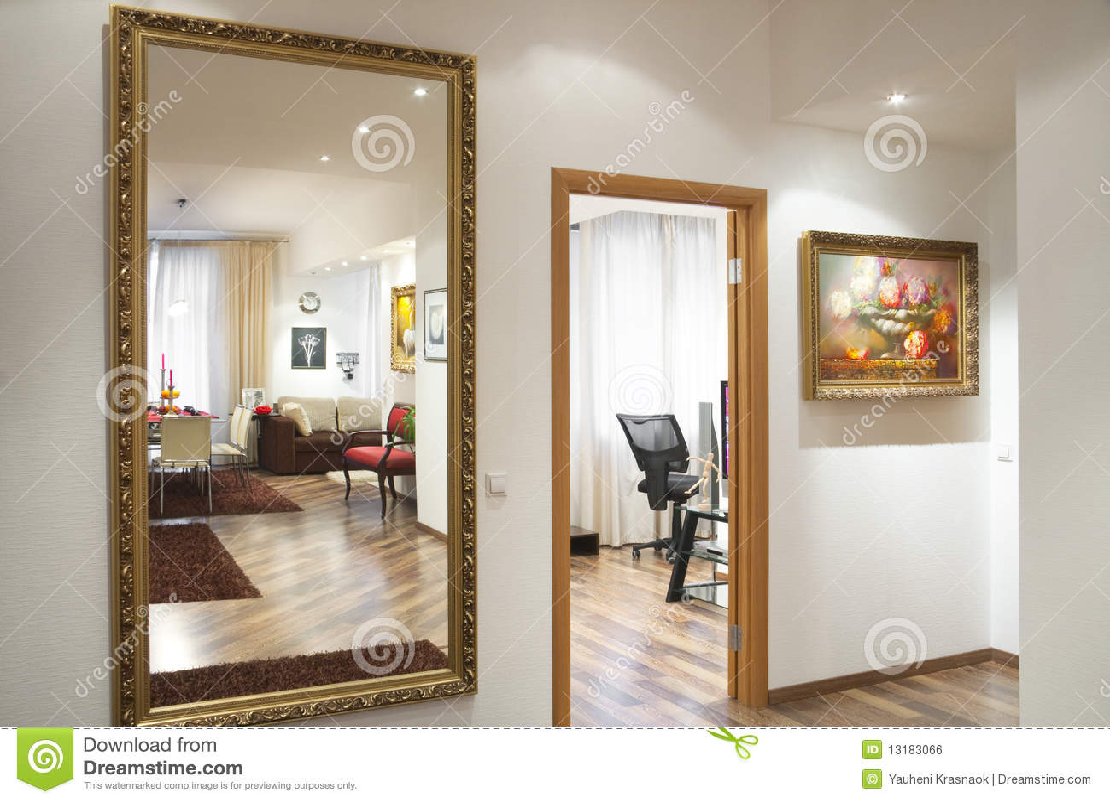 Spiegel Auf Der Wand Stockfoto Bild Von Spiegel Wand 13183066