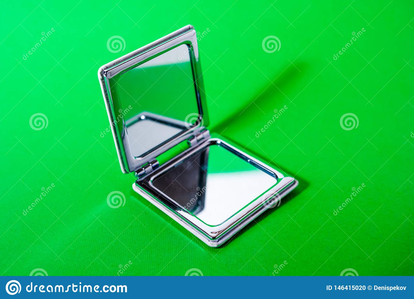 Spiegel auf grünem Hintergrund