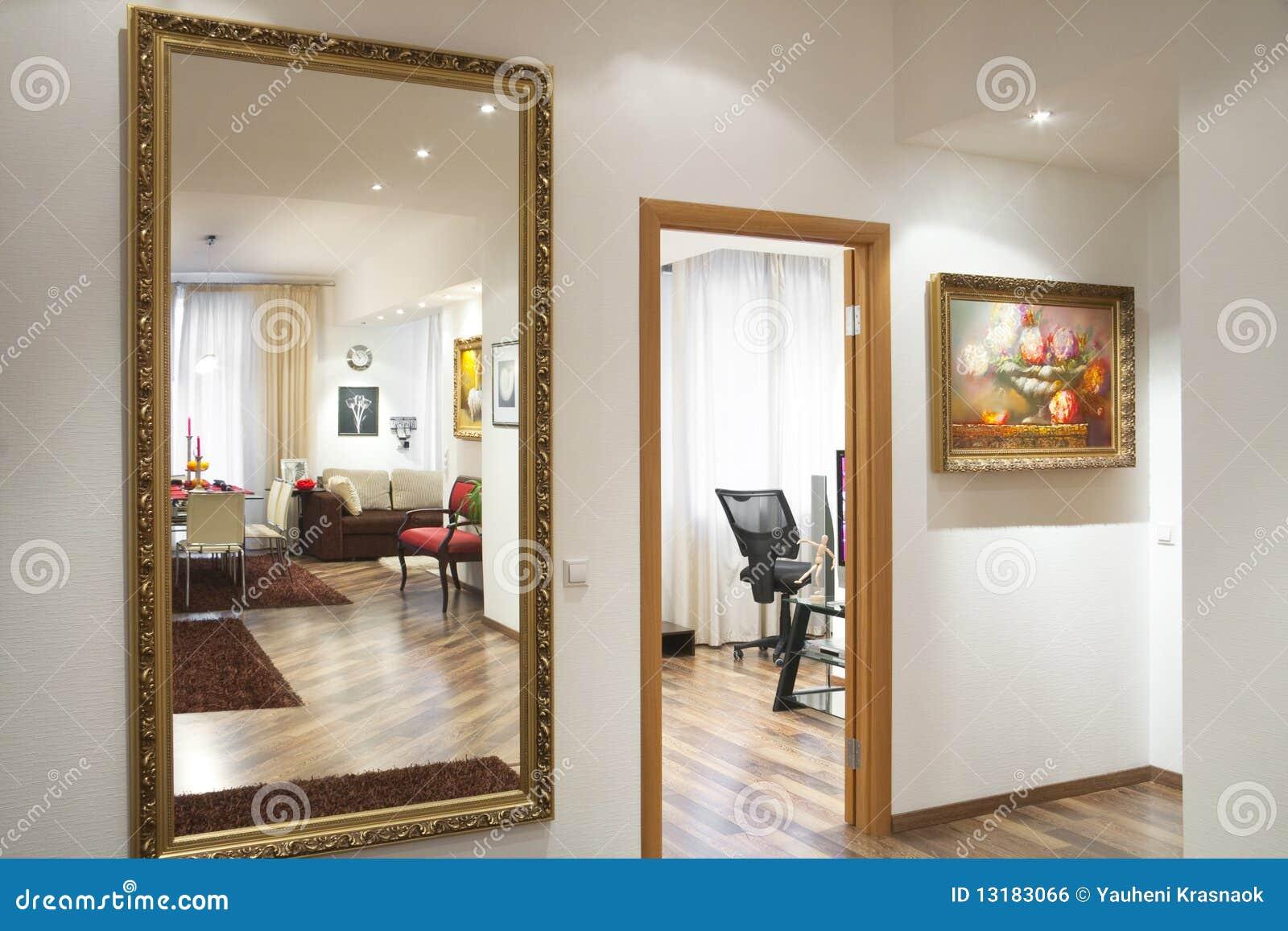 spiegel op de muur stock foto afbeelding bestaande uit