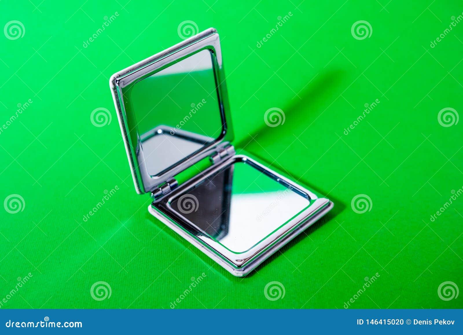 Spiegel op groene achtergrond