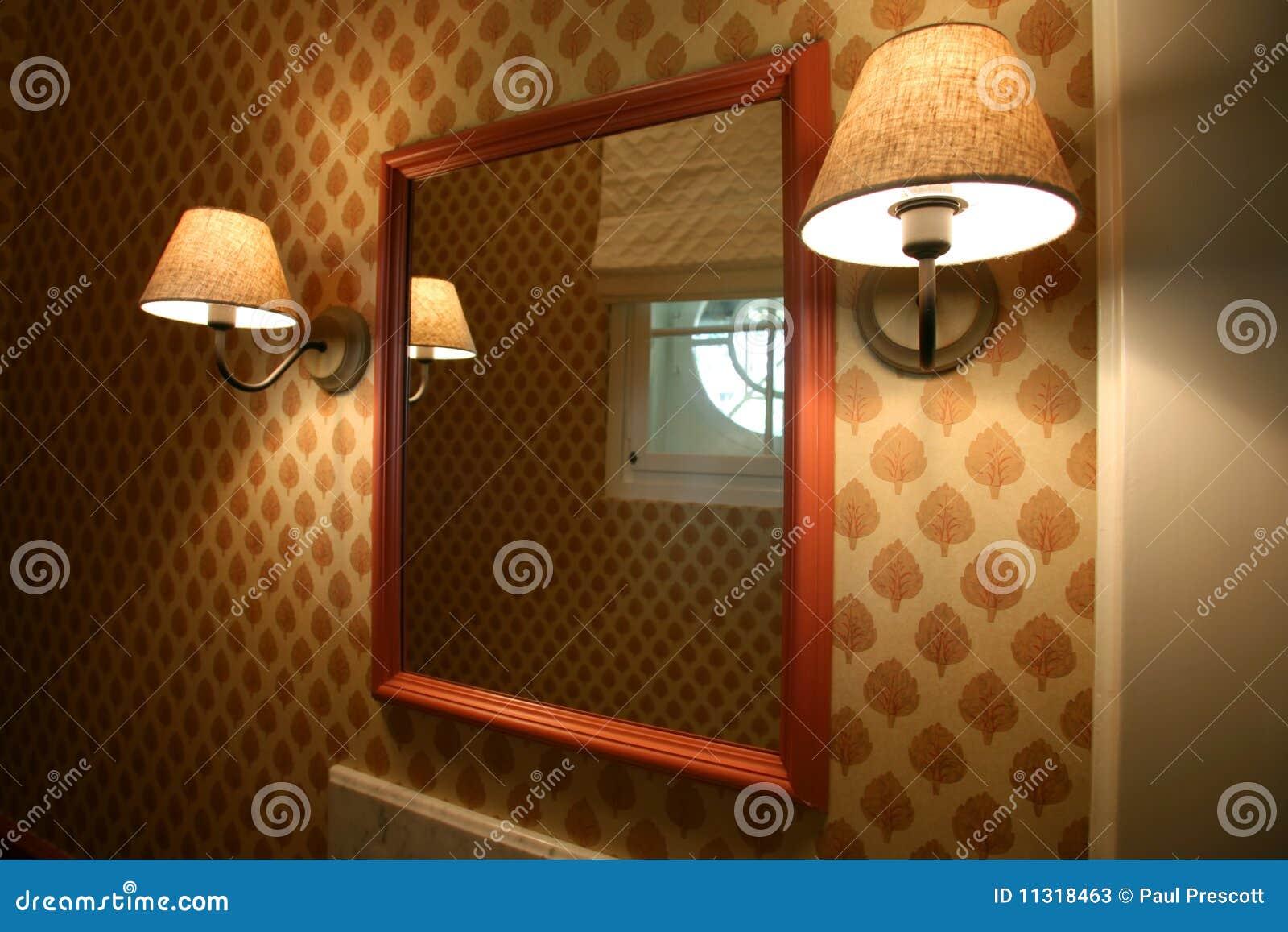 Spiegel und Lampen
