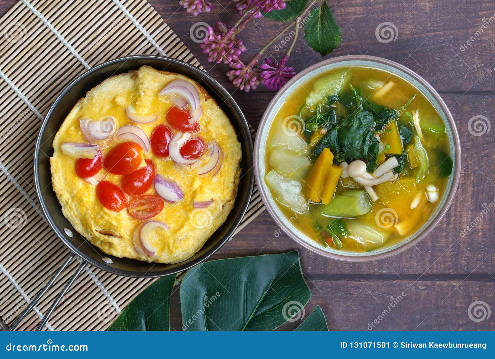 Spiegelei und thailändischer Gemüsecurry, Kang-leang, gesetzt auf hölzernes tabl