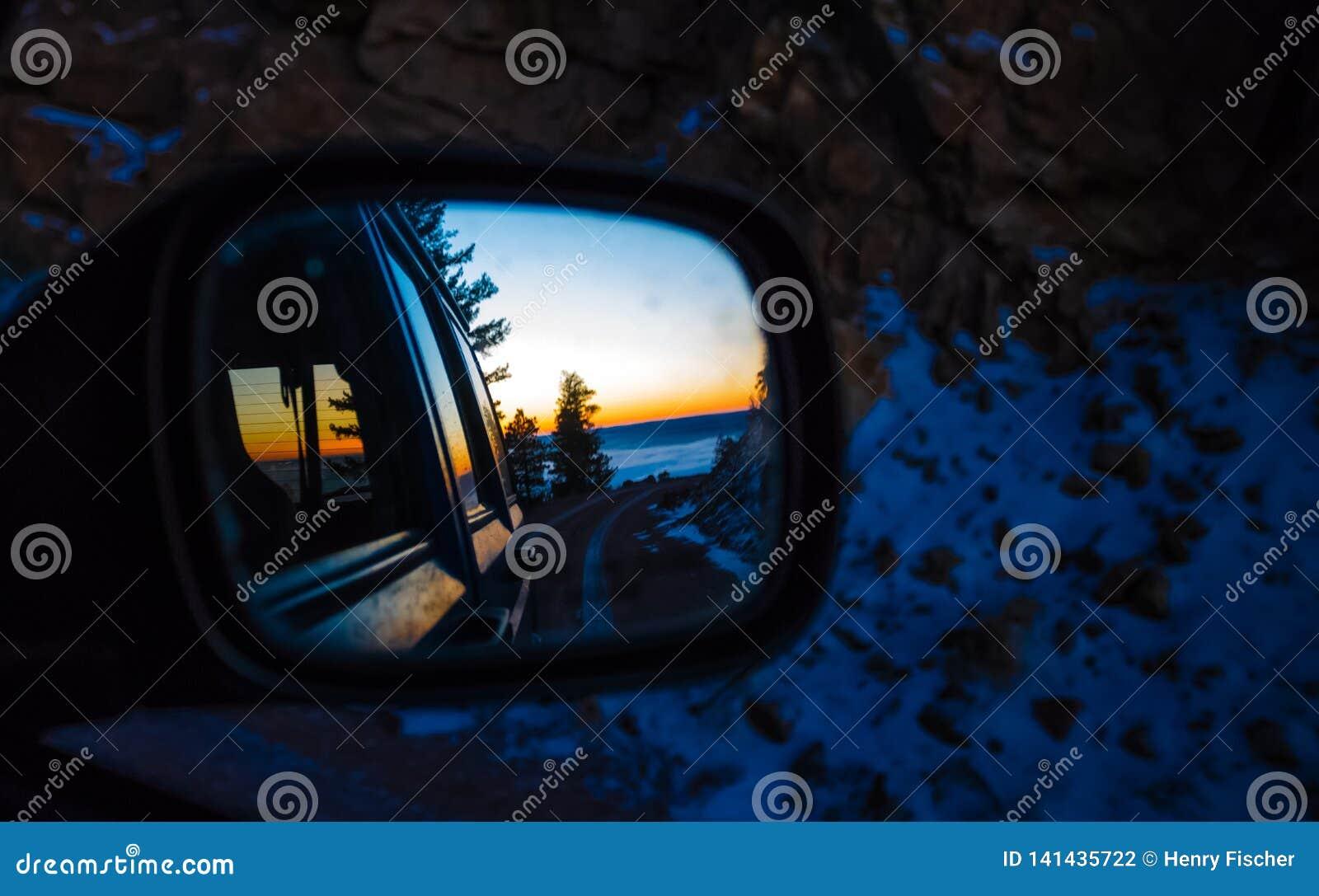Spiegelmening van zonsopgang op een berg