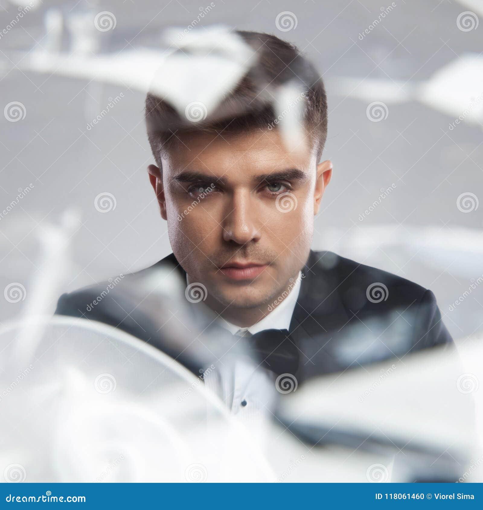 Spiegelreflexionsporträt eines jungen eleganten Mannes