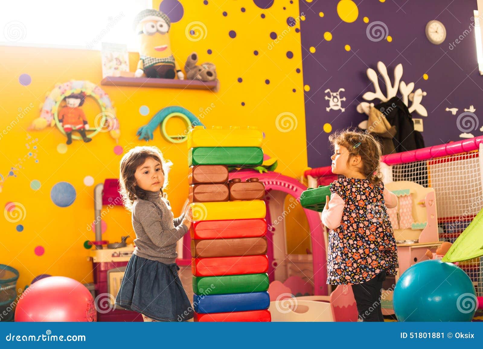 Spiel mit zwei Mädchen