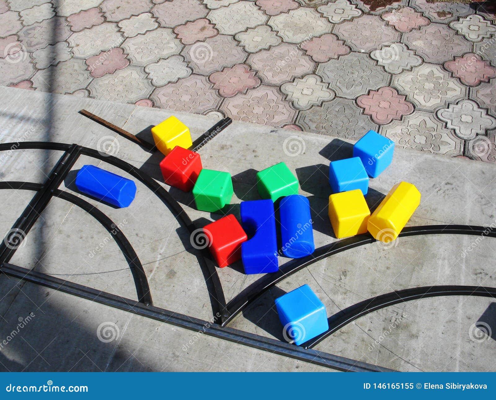 Spiele mit children& x27; buntes im Freien p?dagogischer Spielwaren s