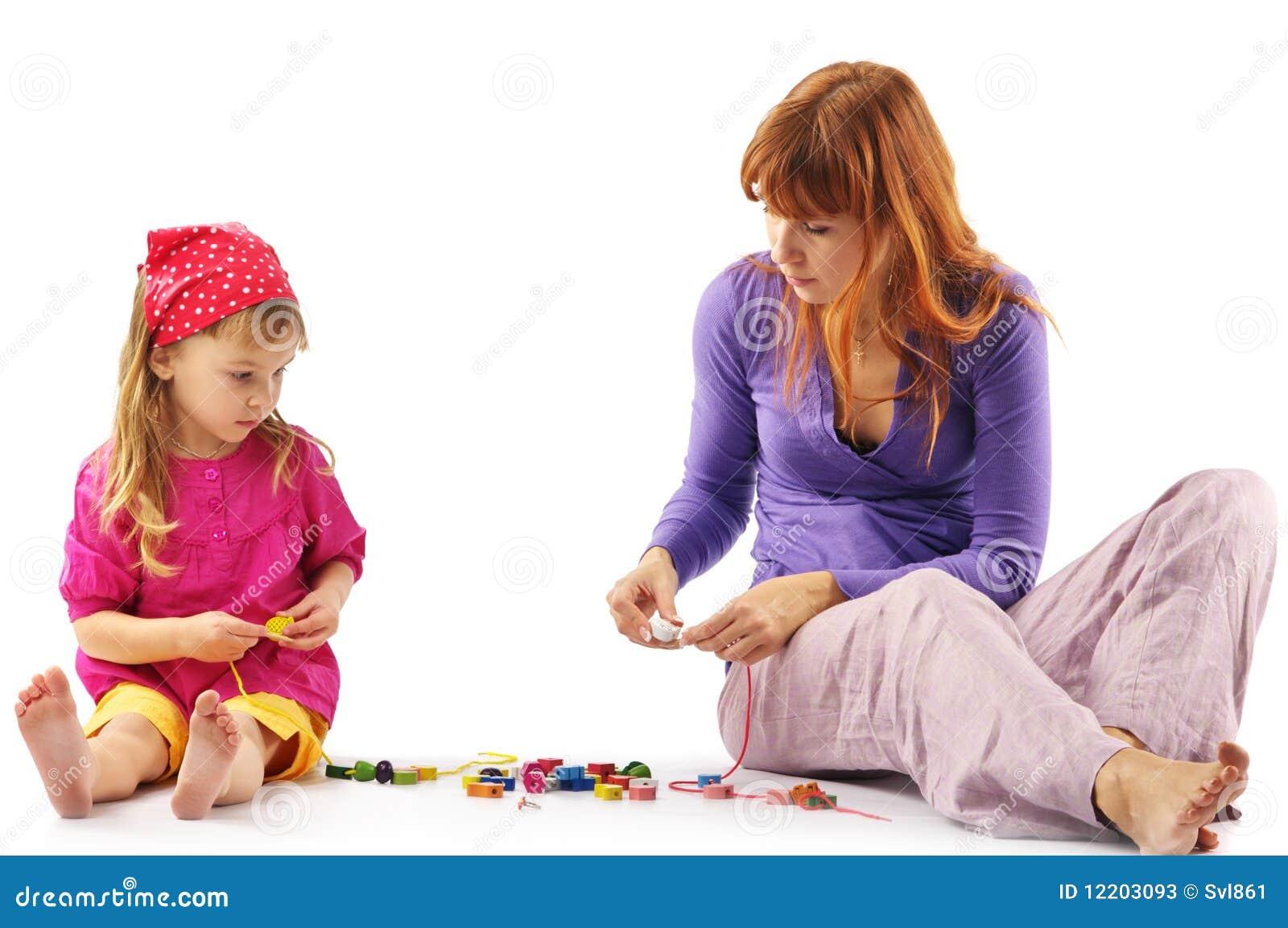 Spielen der Mutter und der Tochter