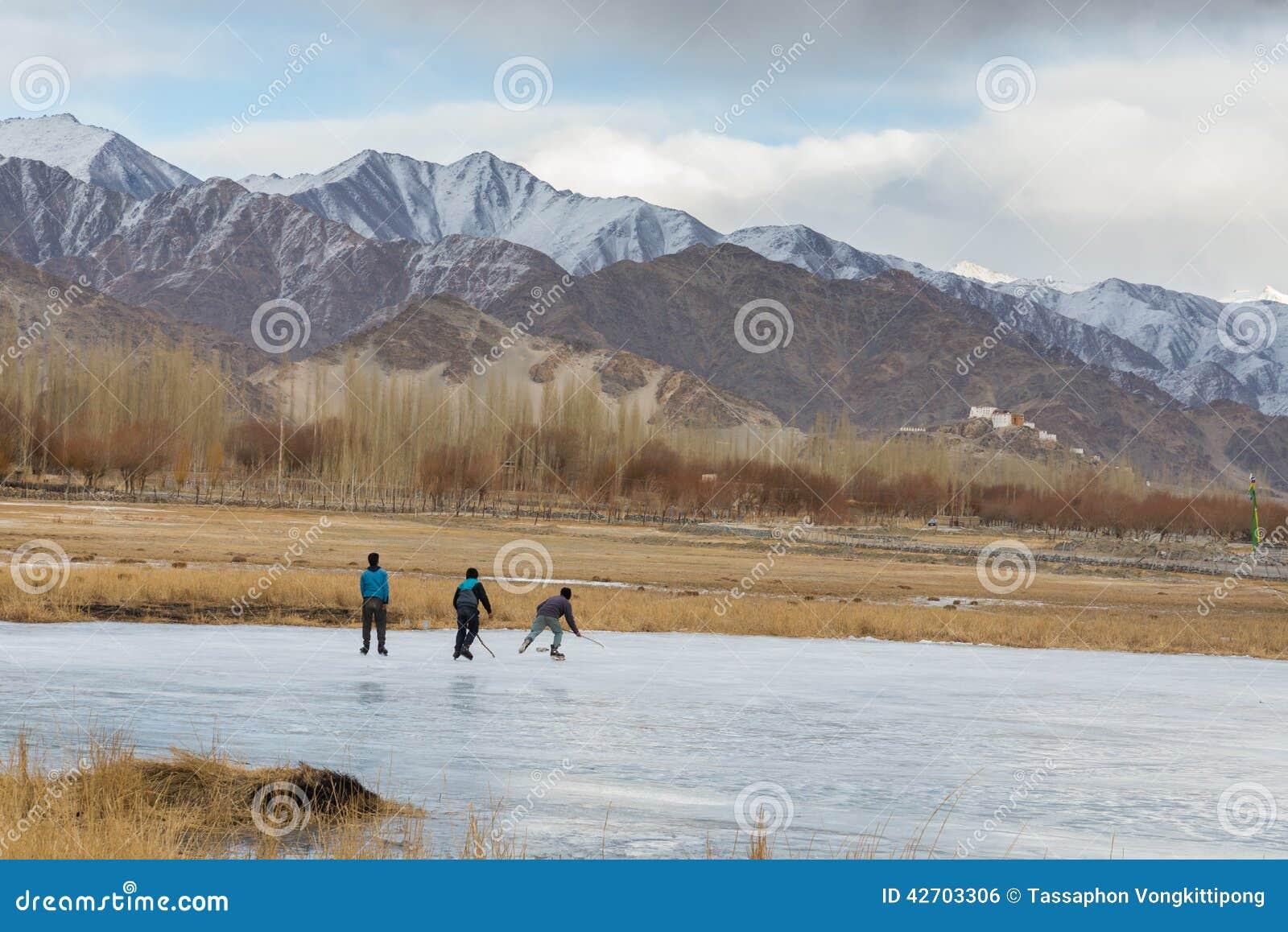 Spielen des Eishockeys auf gefrorenem Teich