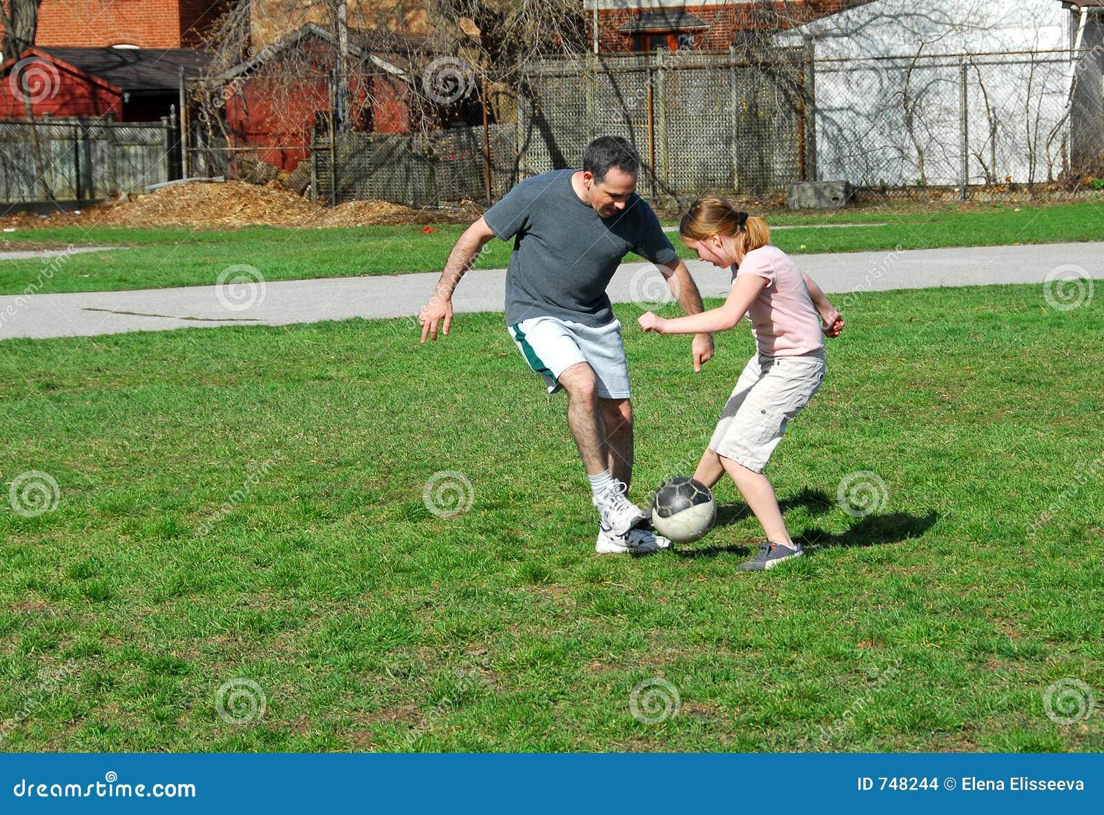 Spielen des Fußballs