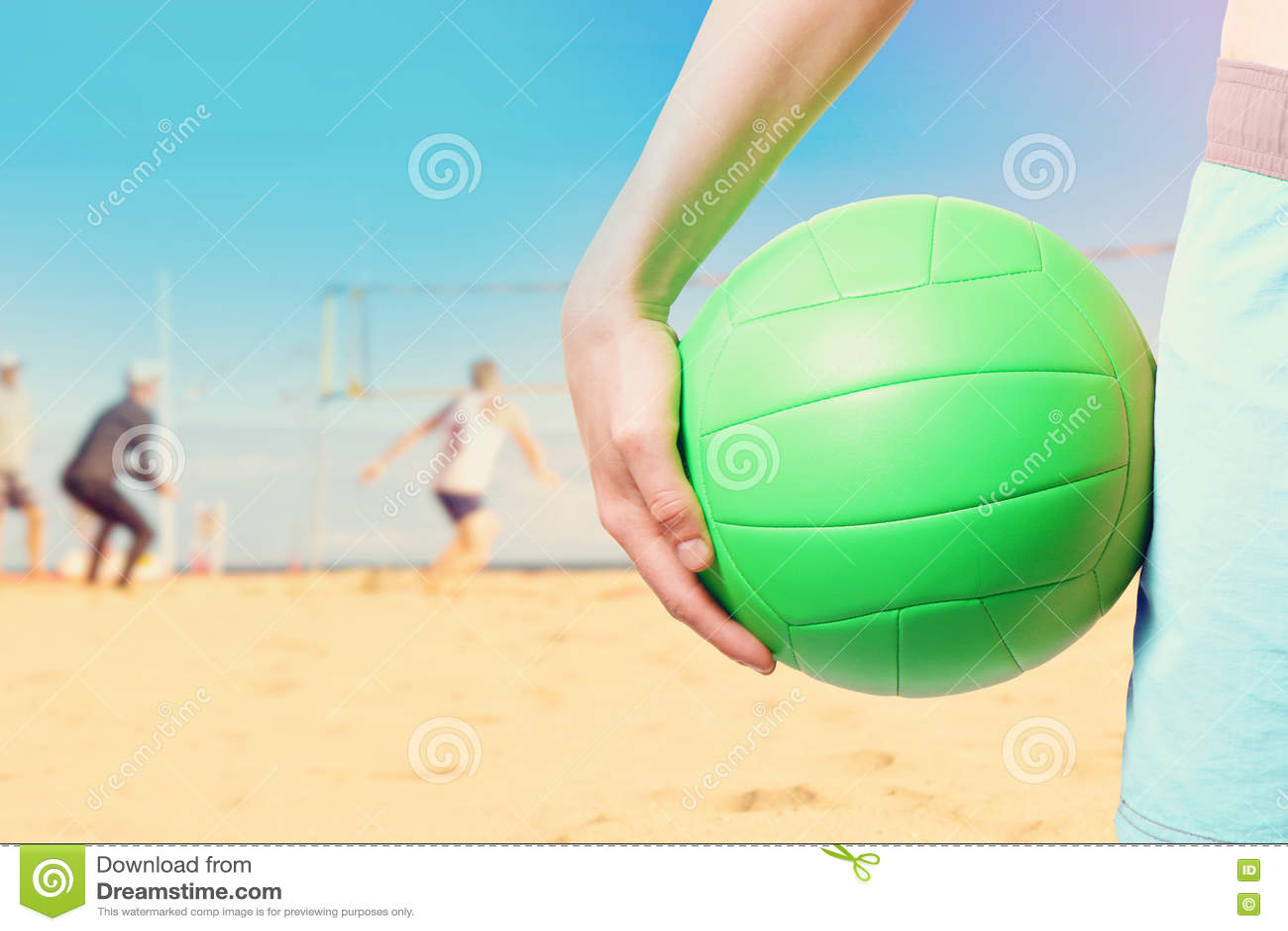 Spielen des Strandvolleyballs