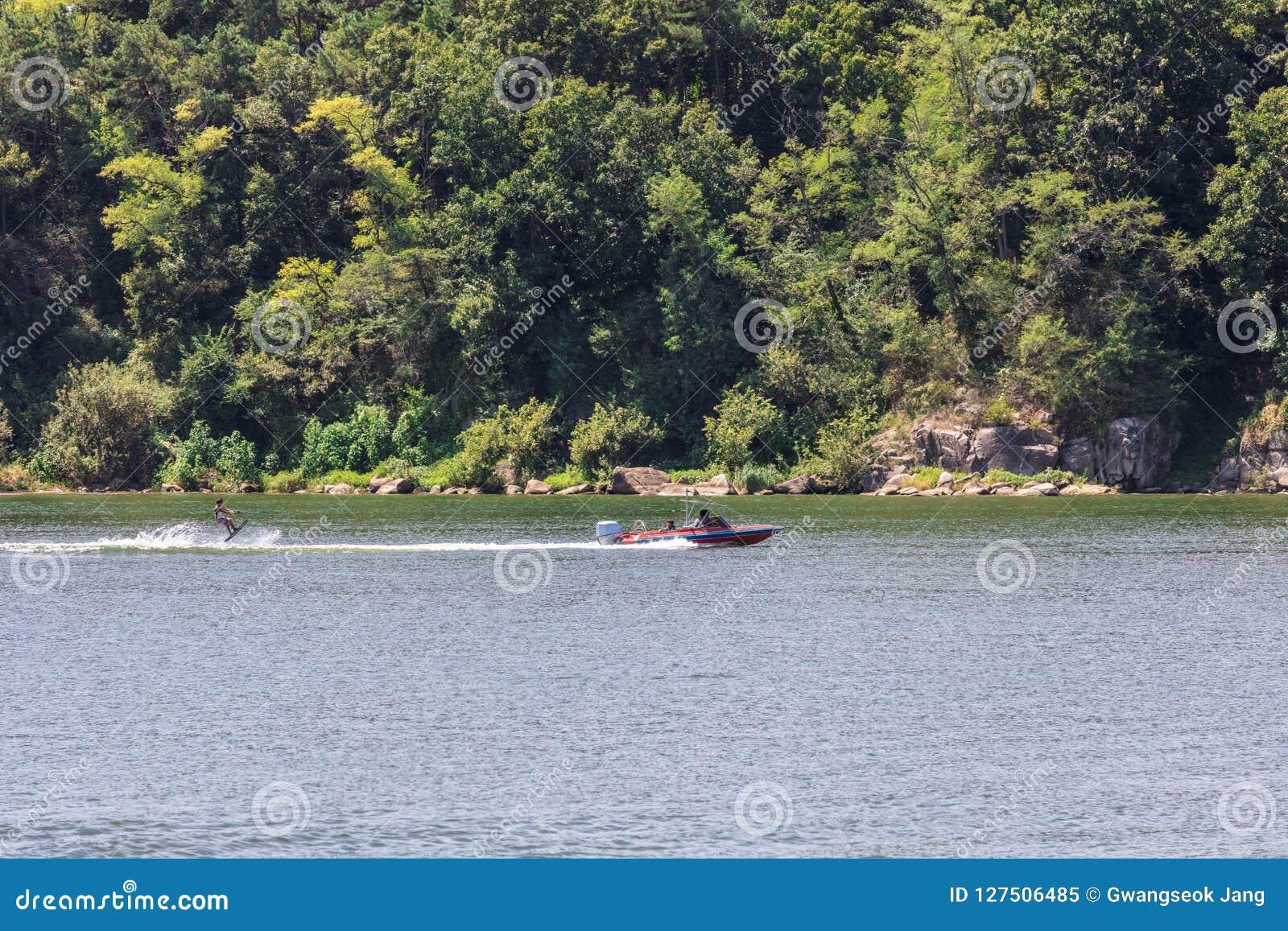 Spielen des Wasserskis oder des wakeboard