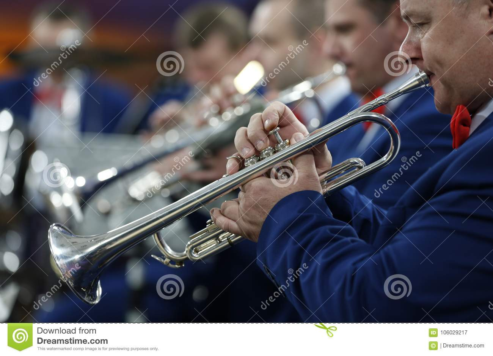 Spielen im Orchester auf der Trompete