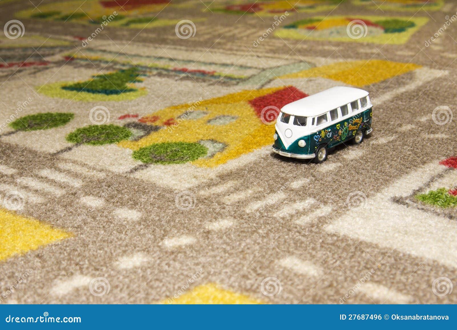 Auto Fußboden Teppich ~ Spielen sie auto bus auf teppich stockfoto bild von bunt