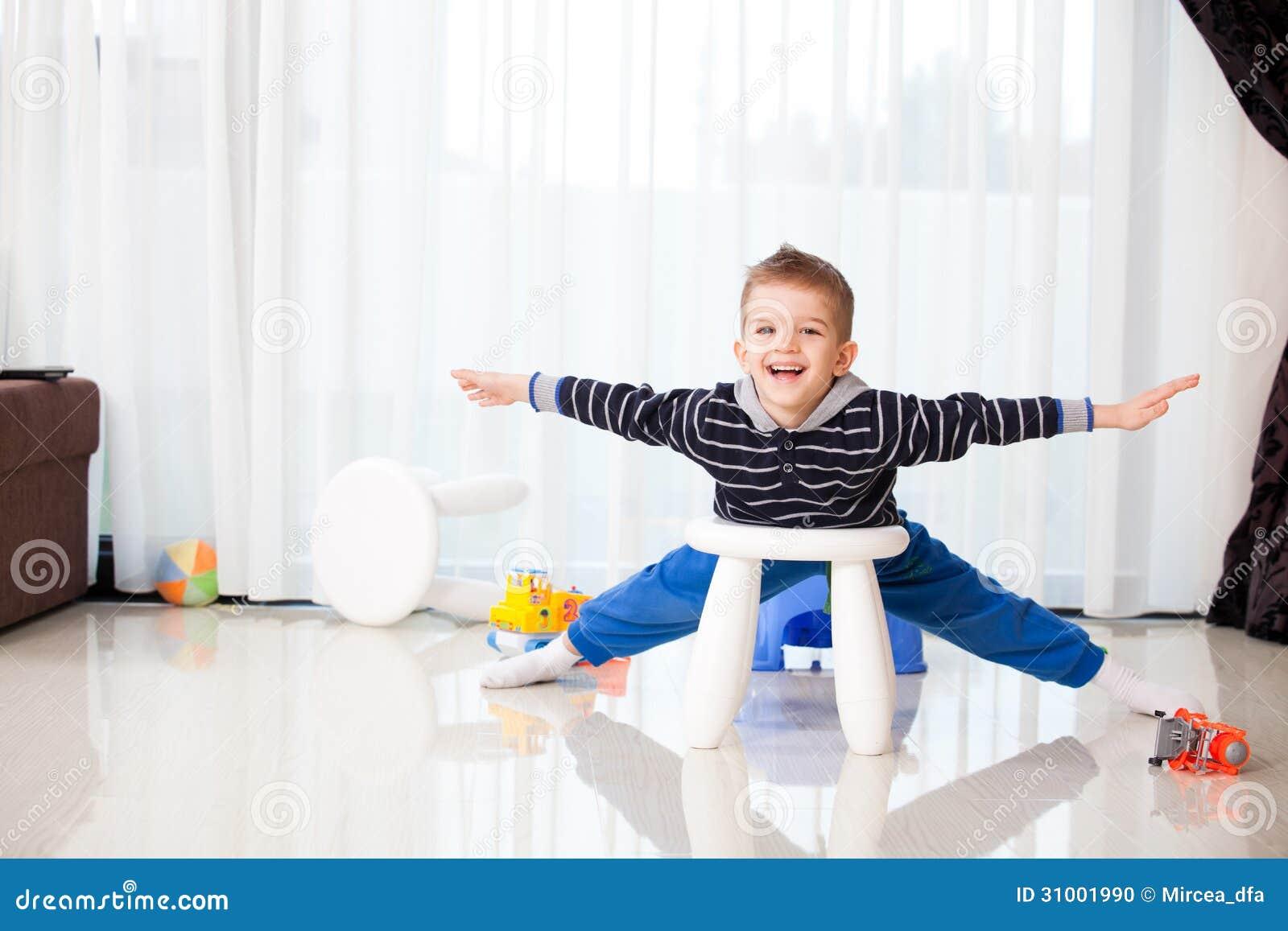 spielendes kind zu hause stockfoto bild von farbe spielen 31001990. Black Bedroom Furniture Sets. Home Design Ideas