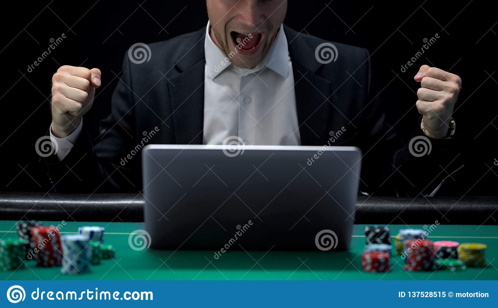 Spieler, der auf Laptop spielt und in der Aufregung, gewinnende Wette, Vermögen schreit