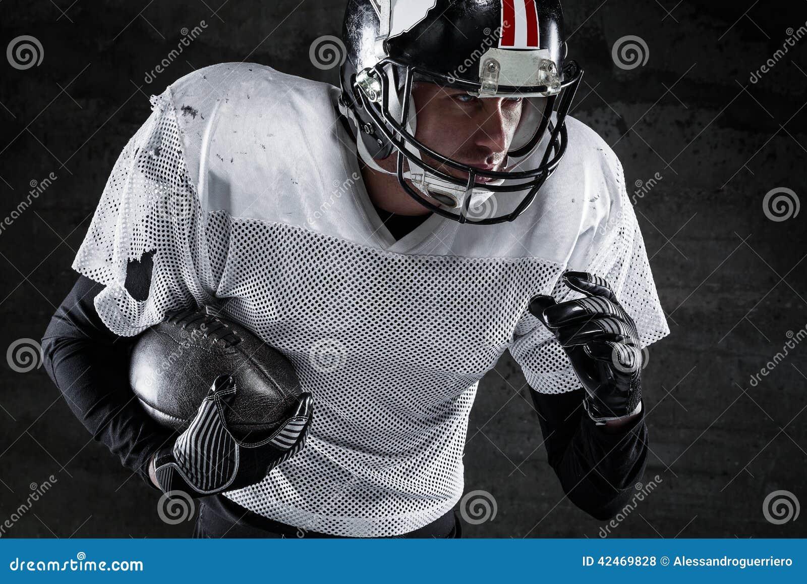 Spieler des amerikanischen Fußballs, der einen Ball und einen Betrieb hält