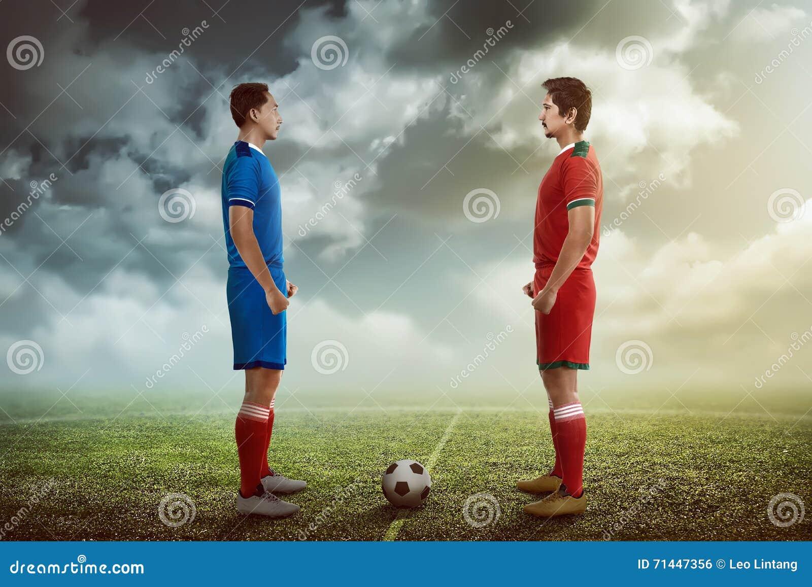 Spieler des Fußballs zwei, der sich gegenüberstellt