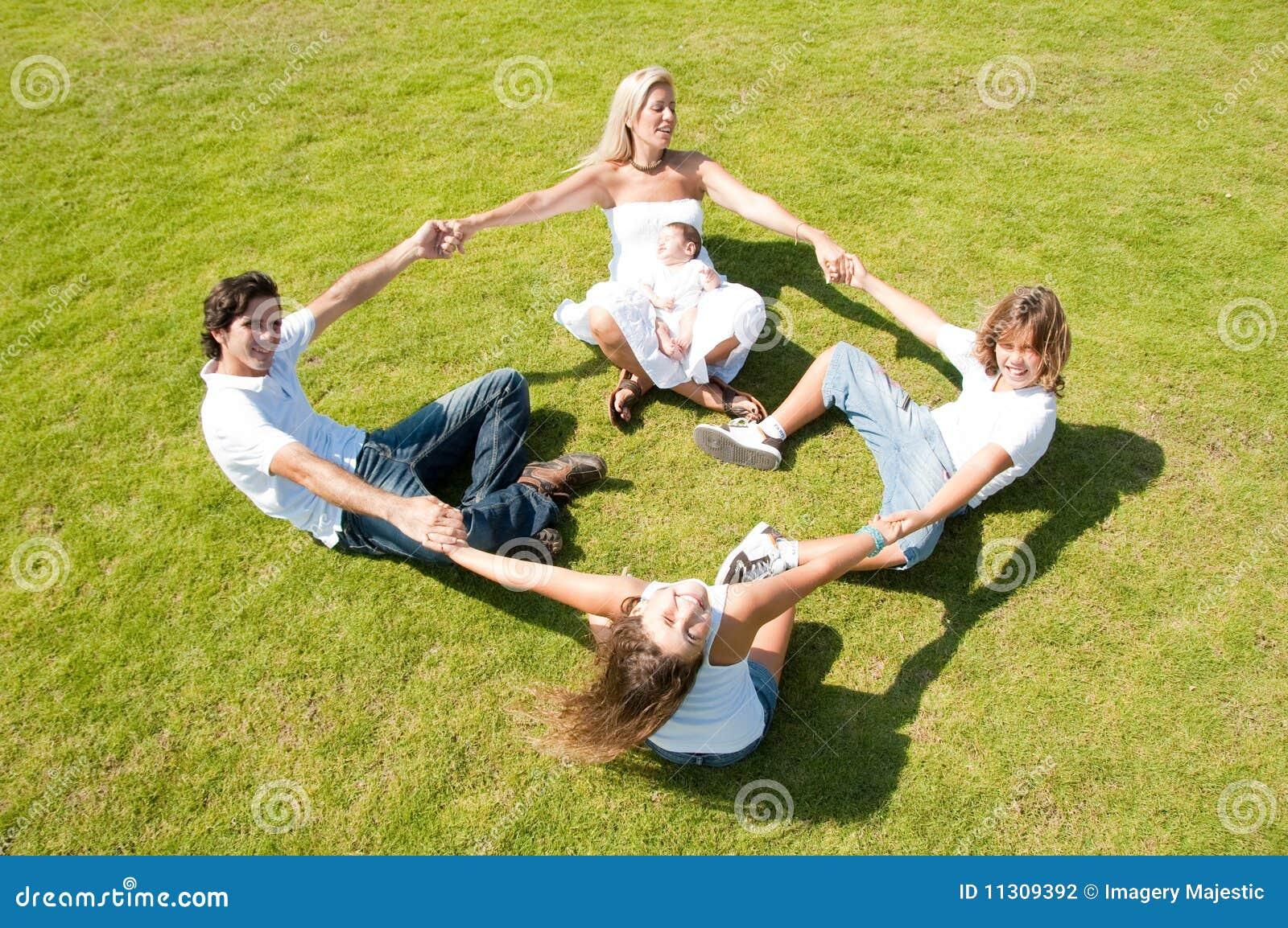 Spielerische Familie auf Gras