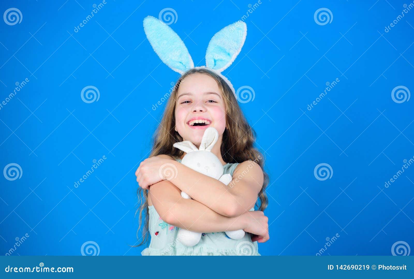 Spielerisches Baby feiern Ostern Frühlingsfeiertag Glückliche Kindheit Fröhliche Ostern Bereiten Sie für Ostern-Tag vor Ostern-Tä
