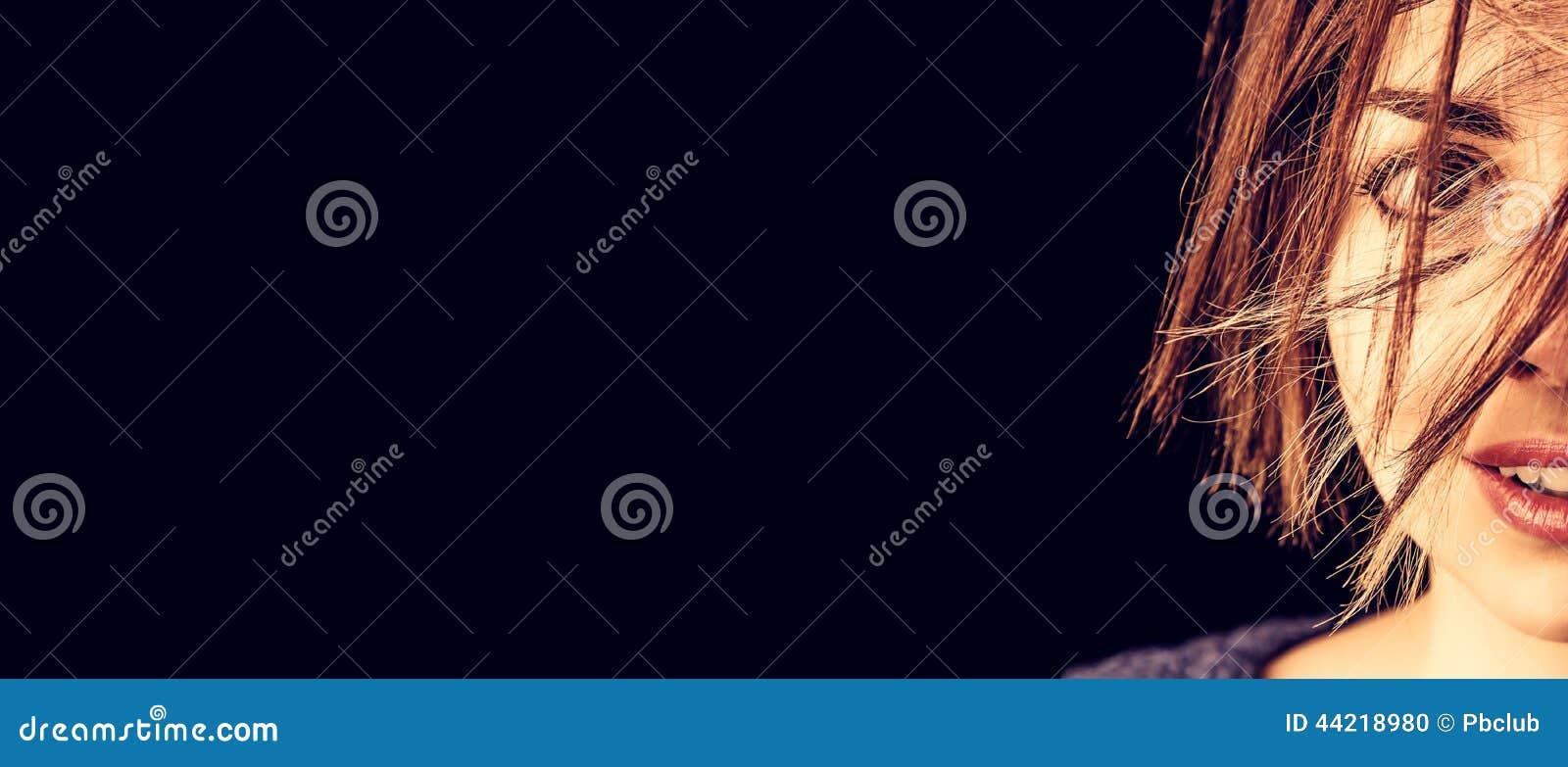 Spielerisches schauendes Porträt der Frau für Fahne