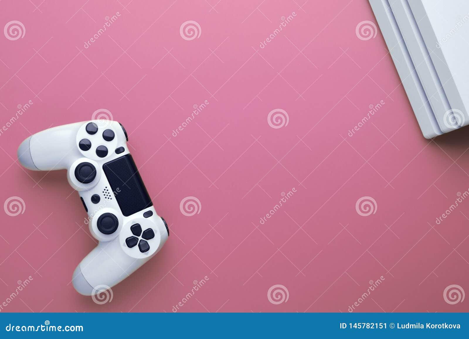 Spielkonzept Computerspiel Weißer Steuerknüppel und Conor von gamepad Konsole auf rosa Hintergrund