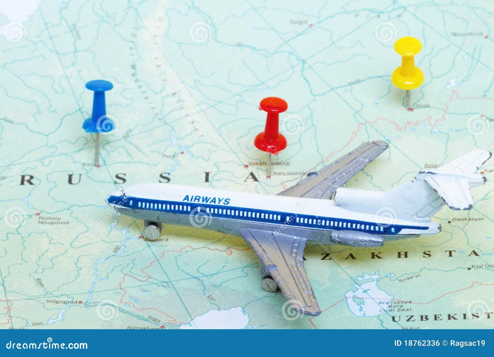 Spielzeug-Flugzeug auf Karte von Russland
