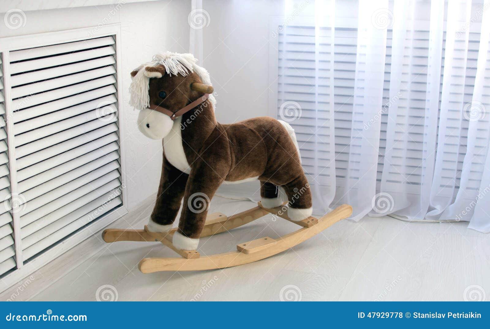 spielzeug - hölzernes pferd stockfoto - bild von schaukeln, baum